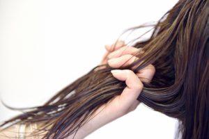 髪の毛を掴む